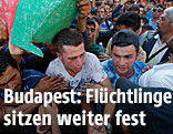 Flüchtlinge vor dem Bahnhof in Budapest