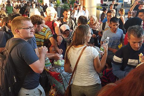 An Flüchtlinge wird Wasser und Essen verteilt