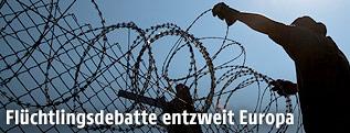 Arbeitskräfte stellen einen Zaun an der Grenze Ungarns auf