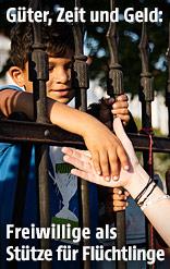 Frau reicht einem Flüchtlingskind die Hand