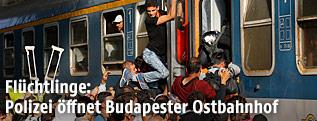 Flüchtlinge drängen in die Waggons