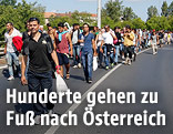 Menschenmenge auf der Autobahn in Richtung Österreich