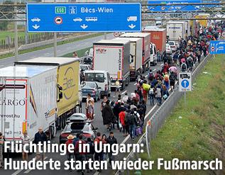 Flüchtlinge zu Fuß auf der Autobahn