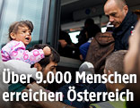 Flüchtlinge steigen in einen Bus