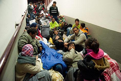 Flüchtlinge in einem Durchgang in der Station von Karolyhaza