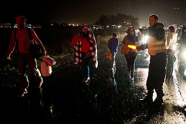 Menschen an der österreichisch-ungarischen Grenze