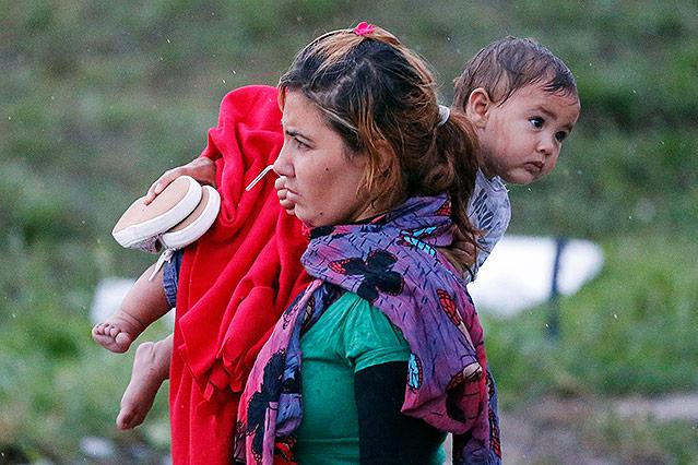 Mutter mit Baby an der österreichisch-ungarischen Grenze