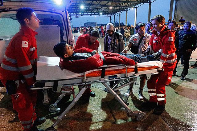 Sanitäter versorgen Menschen an österreichisch-ungarischer Grenze