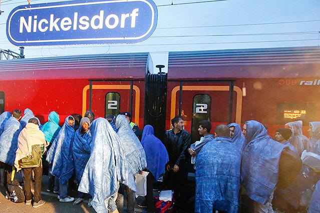 Menschen am Bahnhof in Nickelsdorf