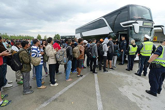 Menschen warten auf Bus in Nickelsdorf