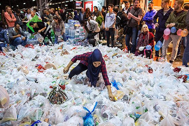 Frau sortiert Spenden am Bahnhof von Frankfurt