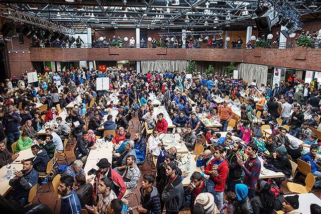 Menschen werden in einer Halle in der Nähe des Bahnhofs versorgt, Dortmund