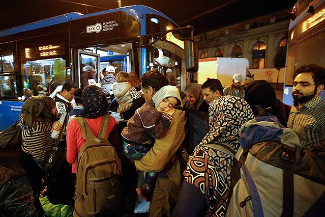 Flüchtlinge warten auf Busse in Budapest