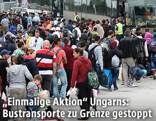 Flüchtlinge warten auf Busse in Nickelsdorf