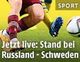 Beine eines russischen und eines schwedischen Teamspielers