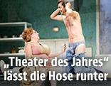 """Szene aus der Burgtheateraufführung """"Der Revisor"""" von Nikolaj Gogol"""