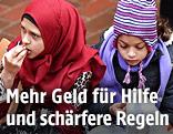 Zwei Mädchen essen in einer Unterbringung für Flüchtlinge in Dortmund, Deutschland