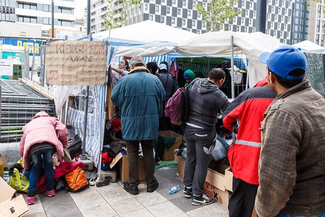 Flüchtlinge bei der Kleidungsausgabe