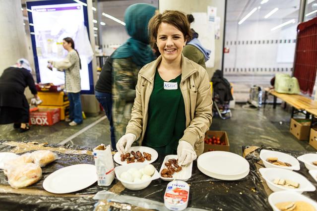 Junge freiwillige Helferin bei der Essensausgabe am Hauptbahnhof
