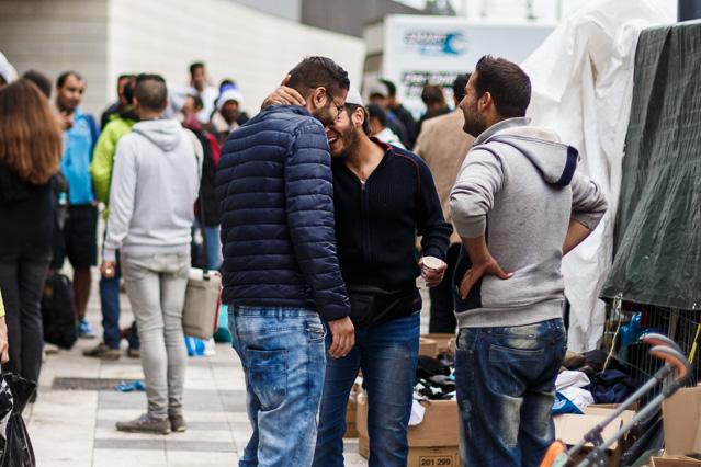 Syrische Flüchtlinge begrüßen sich