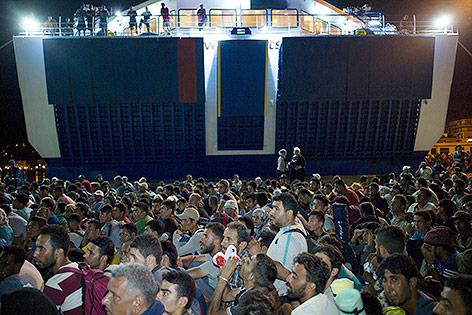 Flüchtlinge warten auf die Überfahrt zum griechischen Festland, Lesbos