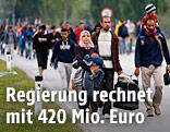 Flüchtlinge gehen entlang einer Straße