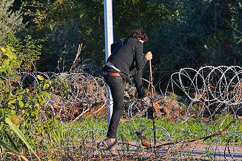 Mann rennt über die Grenze von Serbien zu Ungarn