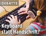 Schülerin schreibt auf einer Computertastatur