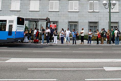 Warteschlange vor Bus