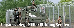 Ungarisches Militärfahrzeug an Grenzzaun