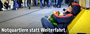 Flüchtling schläft am Westbahnhof