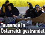 Flüchtlinge in der Sammelstelle am Salzburger Bahnhof