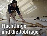 Ein Flüchtling wird in einer Holzbodenfirma angelernt