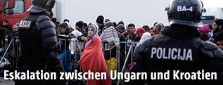 Flüchtlinge und kroatische Polizisten