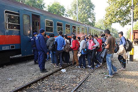 Flüchtlinge in Ungarn werden zu einem Zug gebracht