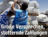 UNHCR-Mitarbeiter mit Hilfsgütern