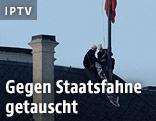 Aktivisten hissen eine rote Unterhose auf der Prager Burg