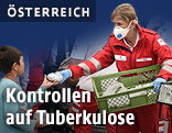 Helferin verteilt Essen in Nickelsdorf