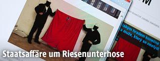 Abfotografierter Computerbildschirm zeigt den Webauftritt von ztohoven.com mit der Veröffentlichung des Bildes zweier Aktivisten mit roter Unterhose