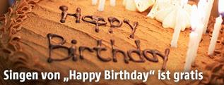 Happy Birthday Schriftzug auf einer Geburtstagstorte