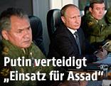 Russlands Präsident Wladimir Putin neben russischen Militärs