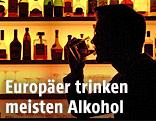 Ein Mann trinkt an einer Bar