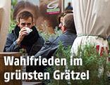 Menschen sitzen in einem begrünten Gastgarten in Wien-Neubau und trinken Kaffee