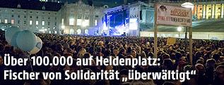 """Besucher beim Konzert """"Voices for Refugees"""" auf dem Heldenplatz in Wien"""