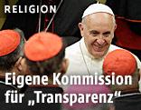 Papst Franziskus mit Kardinälen