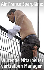 Air-France-Personalvorstand Xavier Broseta klettert mit zerissener Oberbekleidung über einen Zaun