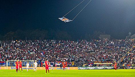 Drohne mit Flagge über Fußballfeld
