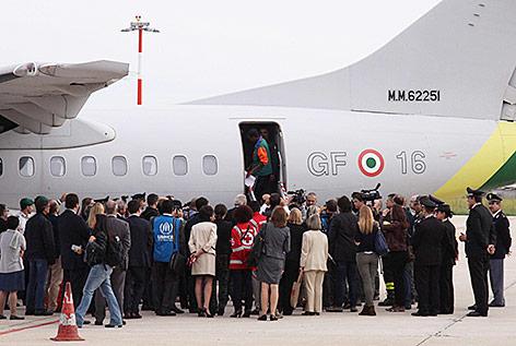 Flüchtlinge steigen in ein Flugzeug