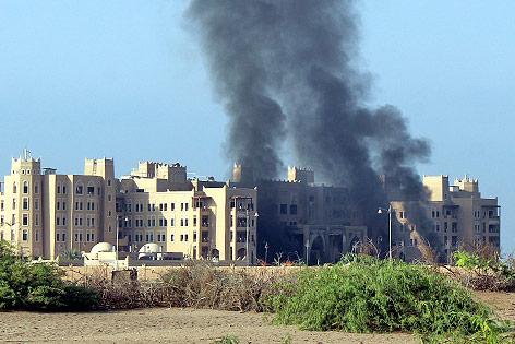 Rauch über dem Al-Kasr-Hotel in Aden (Jemen)