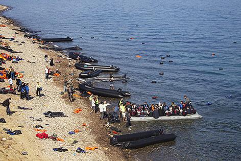 Überfüllte Schlauchboote landen am Strand von Lesbos